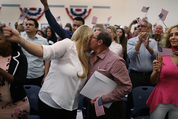 ヒューマンインタレスト「Immigrants To U.S. Become Citizens During Naturalization Ceremony In Miami」:写真・画像(4)[壁紙.com]
