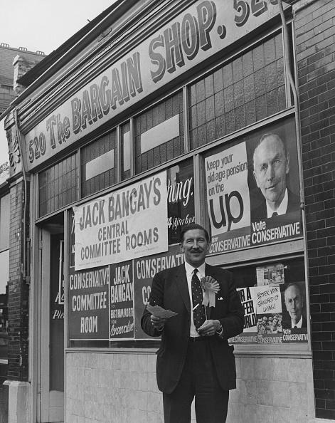 男性一人「Bangay's Bargain Headquarters」:写真・画像(16)[壁紙.com]