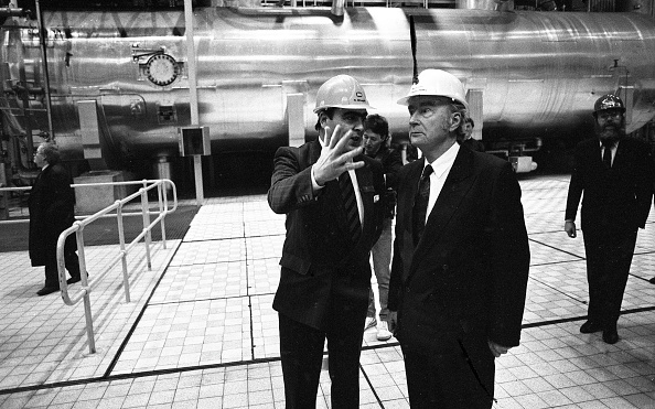 1990-1999「President Hillery at Moneypoint Power Station on his last Official Duty」:写真・画像(15)[壁紙.com]