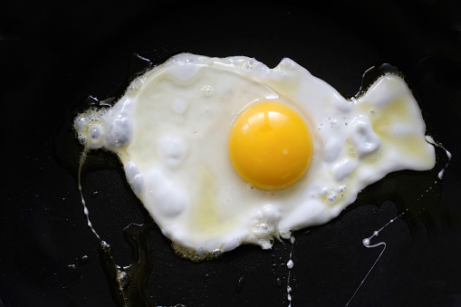 Egg Yolk「Fried egg on black background」:スマホ壁紙(6)