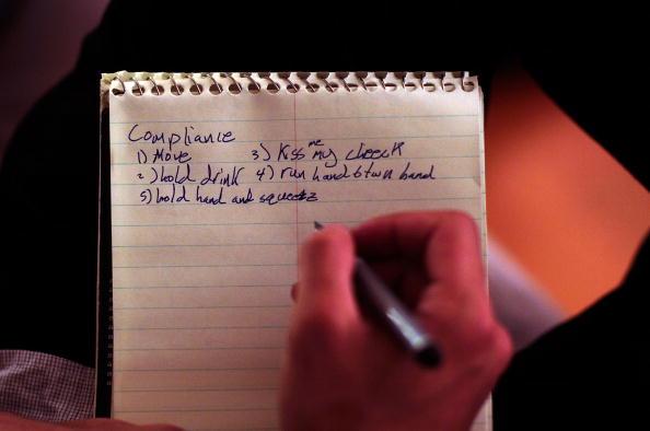 Note Pad「Dating Coach Helps Men Meet Potential Mates」:写真・画像(4)[壁紙.com]