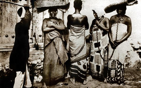 鎖「chained slaves in Zanzibar, Tanzania c. 1860-1870」:写真・画像(11)[壁紙.com]
