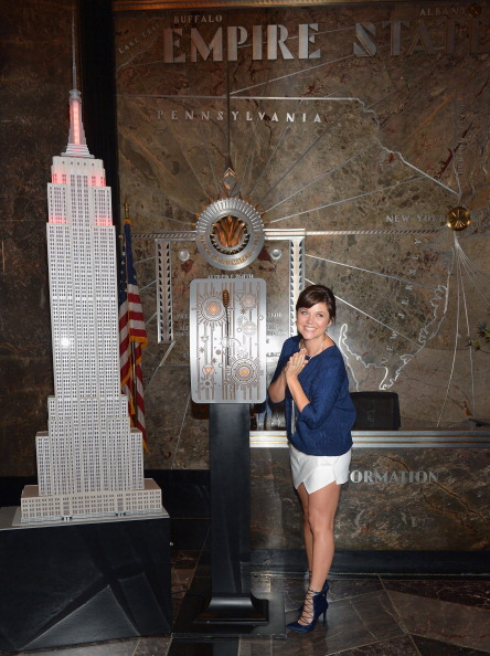 "Empire State Building「Tiffani Thiessen Lights The Empire State Building ""Jumpstart Red: To Celebrate Jumpstart's Read For The Record Campaign」:写真・画像(3)[壁紙.com]"