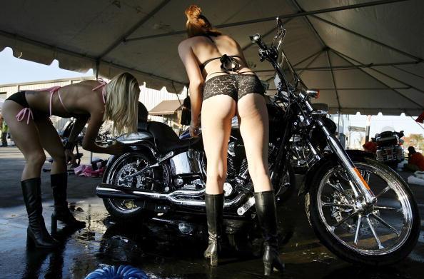 Harley-Davidson「Motorcycle Madness Hits Daytona Beach During Bike Week」:写真・画像(14)[壁紙.com]