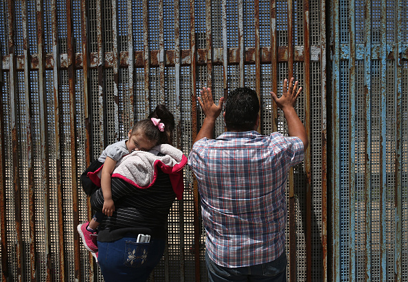 アメリカ合州国「Mexicans Meet Separated Family Members Through U.S.-Mexico Border Fence In Tijuana」:写真・画像(19)[壁紙.com]