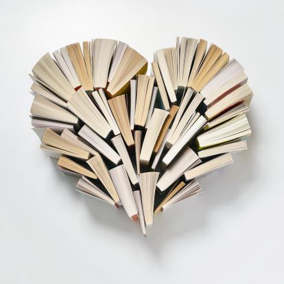 ハート「Books arranged in a heart shape」:スマホ壁紙(19)