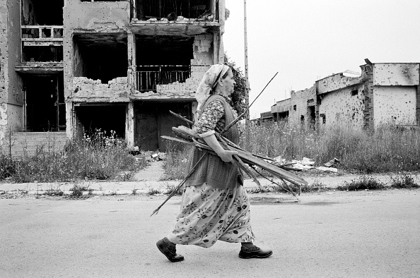 Tom Stoddart Archive「Bosnia, Sarajevo - May 1995. Woman carrying firewood through street in devastated suburb」:写真・画像(3)[壁紙.com]