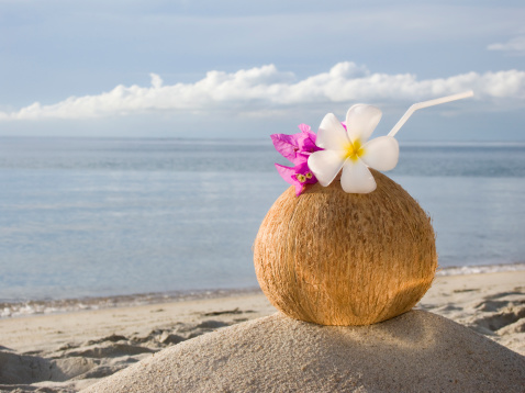 Coconut Water「Asia, Thailand, Koh Samui, Cocktail in coconut cup on sandy beach」:スマホ壁紙(0)