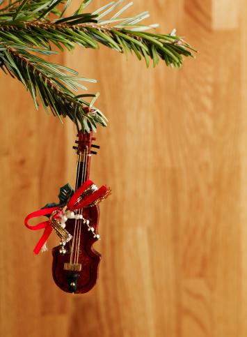 Violin「mini christmas violin decoration hanging from tree」:スマホ壁紙(13)