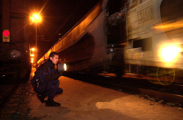 Sangatte「French Railway Police Official Searches Train」:写真・画像(1)[壁紙.com]