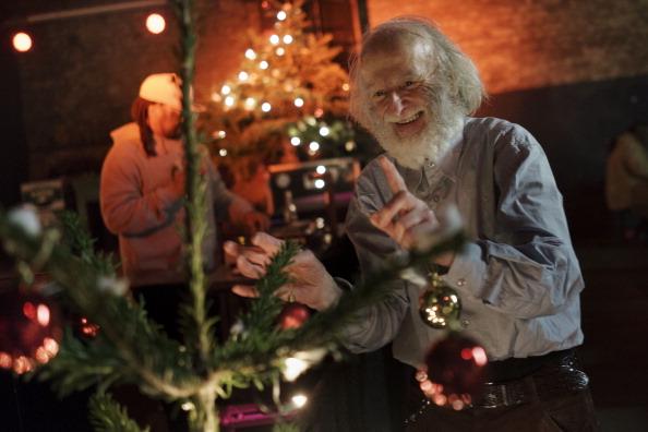 Hanging「Homeless Celebrate Christmas」:写真・画像(8)[壁紙.com]