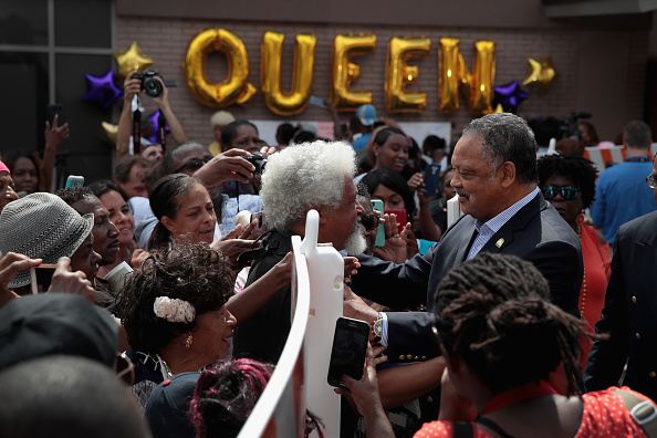 Scott Olson「Fans Of Soul Legend Aretha Franklin Pay Their Respects As Her Body Lies In Repose In Detroit」:写真・画像(6)[壁紙.com]