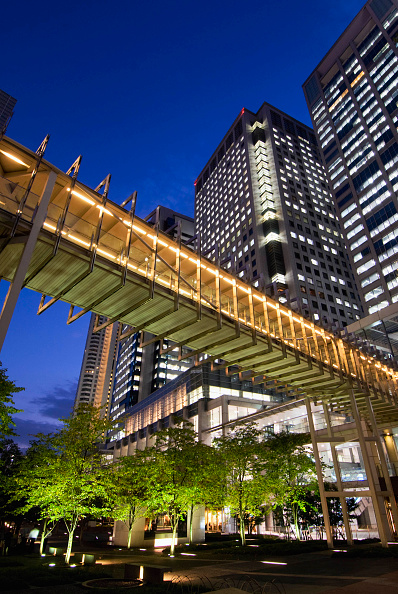 Footbridge「Evening view of modern highrise office buildings footbridge and urban landscaped park in Shinagawa central Tokyo, Japan」:写真・画像(0)[壁紙.com]
