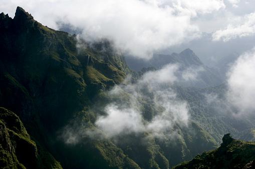 Pico Do Arieiro「Pico do Arieiro mountain peak surrounded by clouds」:スマホ壁紙(6)
