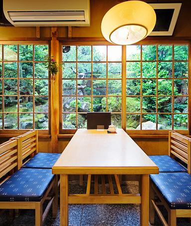 Japan「和食ダイニング ルーム高テーブルと庭」:スマホ壁紙(19)