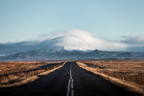 endless lonely country road to the glaciers of iceland:スマホ壁紙(壁紙.com)