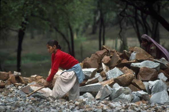 Indian Subcontinent Ethnicity「Children Breaking Rocks」:写真・画像(12)[壁紙.com]