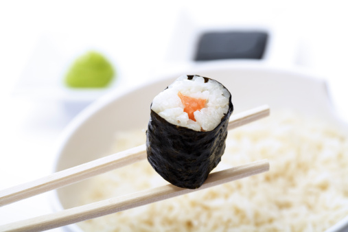 Soy Sauce「Maki Sushi with chopsticks above bowl of rice, close-up」:スマホ壁紙(11)