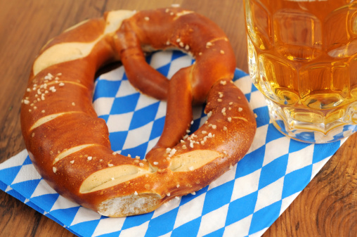 Souvenir「wheat beer and Pretzel on blue white bavarian napkin」:スマホ壁紙(13)