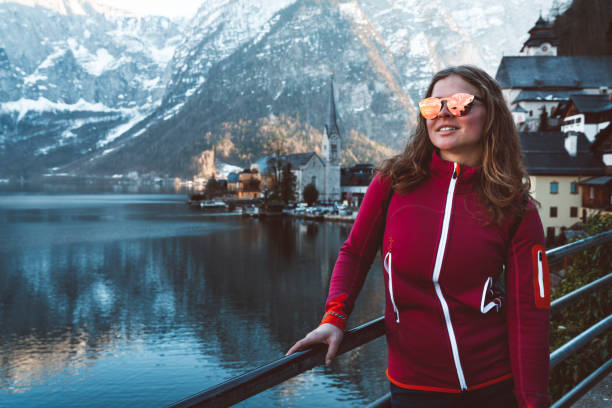 Happy woman with sunglasses in the town of Hallstatt:スマホ壁紙(壁紙.com)