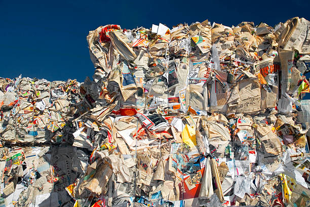 Stack of paper at recycling centre:スマホ壁紙(壁紙.com)