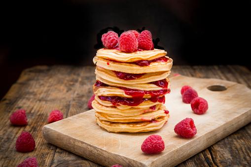 Raspberry Jam「Stack of pancakes with raspberries and raspberry jam on wooden board」:スマホ壁紙(16)