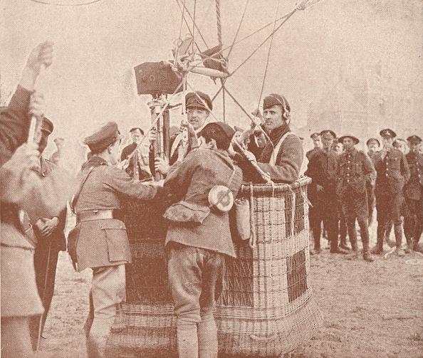 気球「Canadian official cinematographer and assistant ready to ascend in a kite balloon」:写真・画像(4)[壁紙.com]