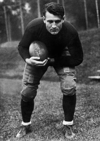 NFL「'Bronko' Nagurski Holding Football, 1920s. 」:写真・画像(13)[壁紙.com]