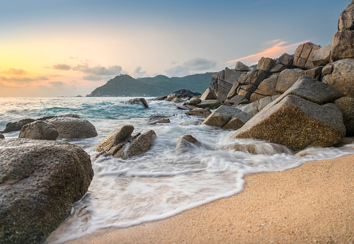 Wave「日の出、牧歌的なビーチ、パンガン島, タイ」:スマホ壁紙(1)