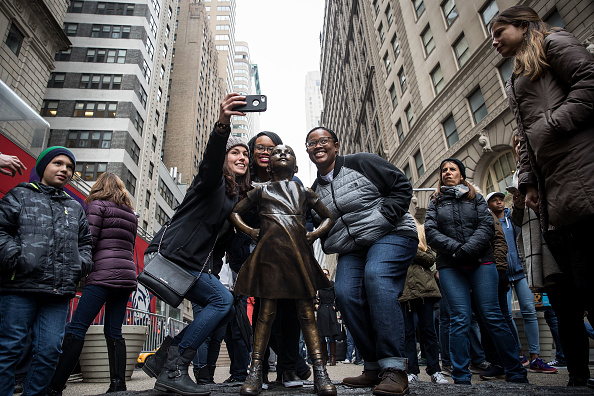 "Fearless Girl Statue「NYC Mayor Bill De Blasio Addresses Press At ""Fearless Girl"" Statue In Manhattan」:写真・画像(14)[壁紙.com]"