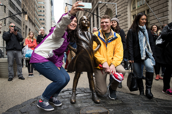 "Fearless Girl Statue「NYC Mayor Bill De Blasio Addresses Press At ""Fearless Girl"" Statue In Manhattan」:写真・画像(11)[壁紙.com]"