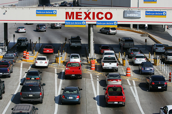 アメリカ合衆国「American Fuel Up On Cheaper Gas Over The Border Of Mexico」:写真・画像(1)[壁紙.com]