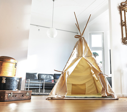 子供時代「Teepee on floor in living room」:スマホ壁紙(1)