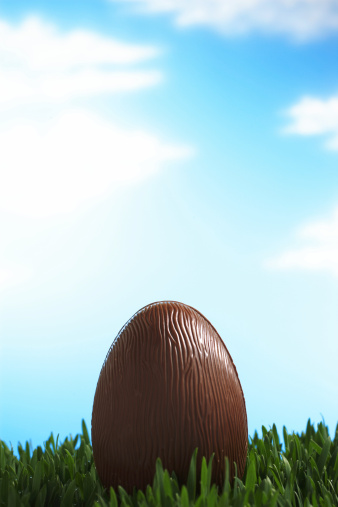 Easter「Chocolate Easter egg in grass, sky in background」:スマホ壁紙(17)