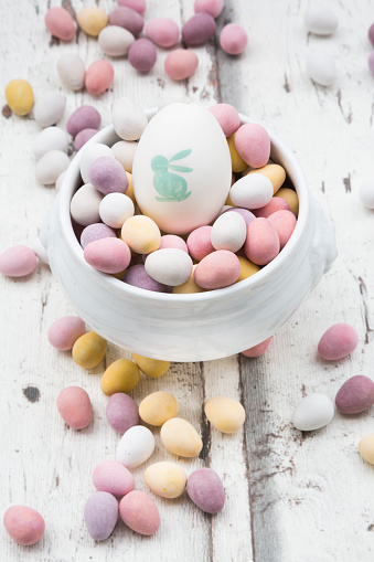 Easter Bunny「Chocolate Easter eggs and painted Easter egg in bowl」:スマホ壁紙(1)