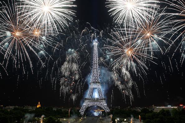 花火大会「2015 Bastille Day Fireworks At Eiffel」:写真・画像(12)[壁紙.com]