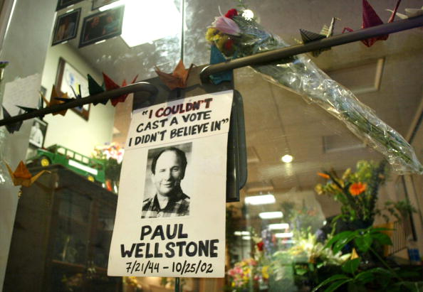 Hart Senate Office Building「Flowers Hang From Wellstone's Capitol Hill Office」:写真・画像(11)[壁紙.com]