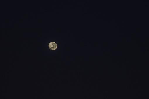 幸運「Wide shot of the full moon at night, Cape Town, Western Cape, South Africa」:スマホ壁紙(3)