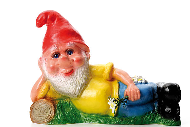 Garden gnome lying on meadow, close-up:スマホ壁紙(壁紙.com)