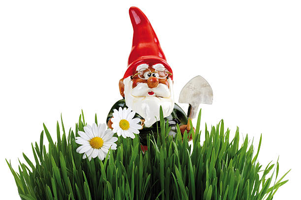 Garden gnome with spade, grass in foreground:スマホ壁紙(壁紙.com)