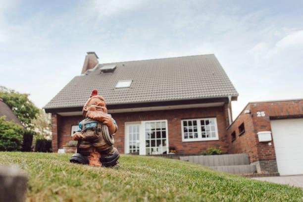Garden gnome in garden of one-family house:スマホ壁紙(壁紙.com)