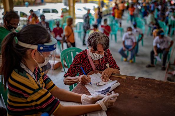 Ezra Acayan「Filipinos Provide Government Giveaways Amid The Coronavirus Pandemic」:写真・画像(17)[壁紙.com]