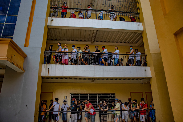 Waiting In Line「Filipinos Provide Government Giveaways Amid The Coronavirus Pandemic」:写真・画像(14)[壁紙.com]