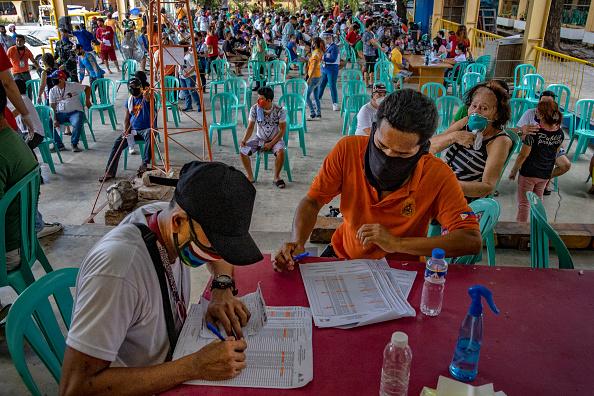 Ezra Acayan「Filipinos Provide Government Giveaways Amid The Coronavirus Pandemic」:写真・画像(19)[壁紙.com]