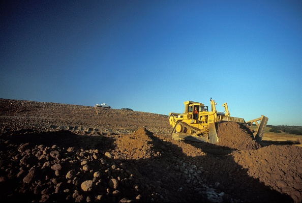 Clear Sky「Bulldozer moving dirt for large California housing development, USA」:写真・画像(1)[壁紙.com]