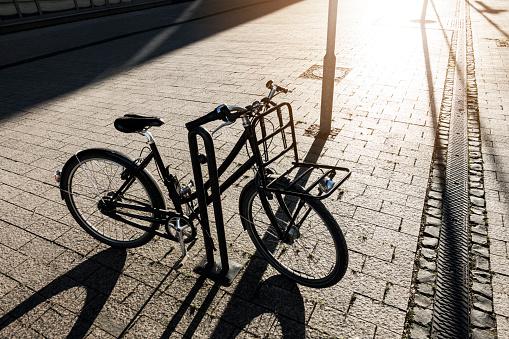 自転車「Parked bicycle in backlight」:スマホ壁紙(3)