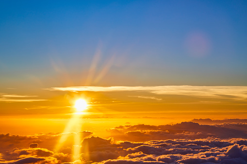 Pukalani「Yellow sunset over low Cloud cover,Haleakala Crater,Haleakala National Park,Maui,Hawaii,USA」:スマホ壁紙(2)