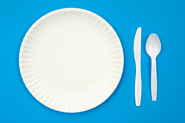 A paper plate next to plastic utensils on a blue table:スマホ壁紙(壁紙.com)