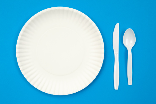 Crockery「A paper plate next to plastic utensils on a blue table」:スマホ壁紙(12)