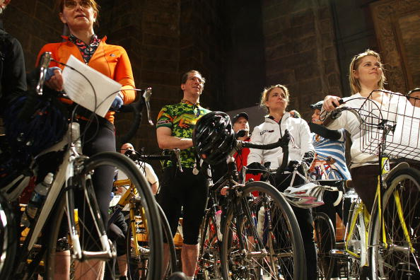 Sprinkling「St. John The Divine Holds Annual Blessing Of The Bikes For NYC Cyclists」:写真・画像(10)[壁紙.com]